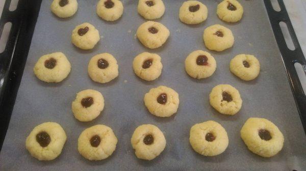 Пека в предварително загряла фурна 170 градуса за 20 мин. или докато започнат да добиват лек розов цвят.