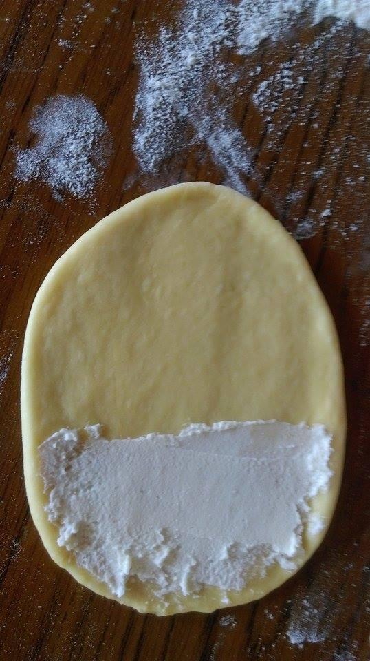В топлото мляко разтваряме маята с лъжица захар и брашно и изчакваме да се активира. След това замесваме тесто от всичките съставки. Оставяме го да почине около 15мин., след което го разделяме на 12 равни топчици .