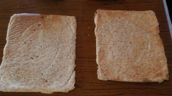Хубаво е готовите блатове да се обръщат на скара и да се махне хартията, за да не се овлажняват .