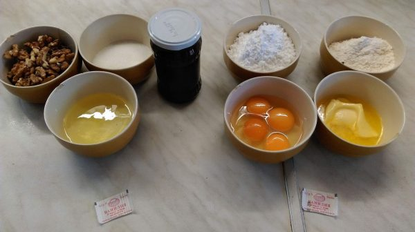 Приготвям тестото, като първо разбивам маслото с пудрата захар и добавям едно след друго яйцата и жълтъците. След това прибавям брашното и ванилията.