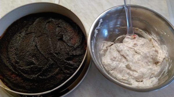 След като се изпече, сладкиша се оставя малко да изстине и се намазва с мармалада. Отделно се разбиват белтъците със захарта на сняг и към тях се прибавят смлените орехи и ванилията.