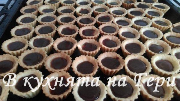 Върху крема се прави заливка от шоколадова глазура.