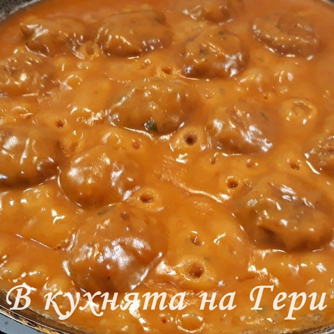 След като извадим готовите кюфтенца в, мазнината в която ги изпържихме добавяме настъргания домат, брашното и накрая червения пипер. Получава се гъста смес, която разреждаме с гореща вода като непрекъснато разбъркваме.