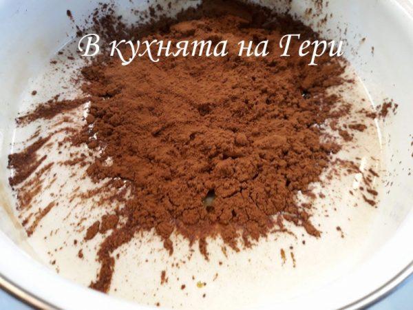 Затопляме прясното мляко и разтваряме захарта. Добавяме кравето масло и какаото и разбъркваме до хомогенна смес.