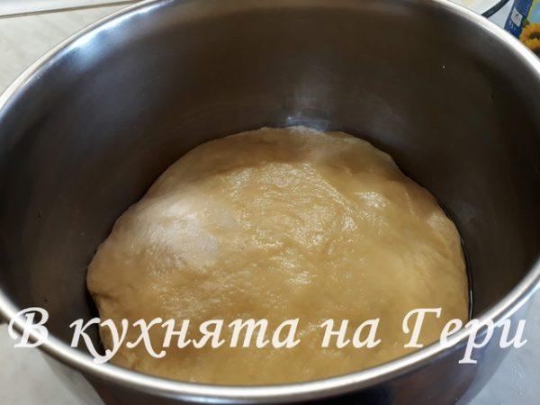 Много е важно продуктите да бъдат топли! В част от топлото мляко разтварям маята. През това време смесвам останалото мляко и захарта на котлона докато се разтвори. След като съм го свалила и леко е изстинало, добавяме 6 яйца, разтопената мас, сока и кората на 1/4 лимон, щипката сол и маята. След като разбъркам добре, към всичко това започвам да прибавям пресятото брашно. Замесвам меко тесто, което удрям в кухненският плот 100 пъти . След това го оставям да втаса за 2 часа.