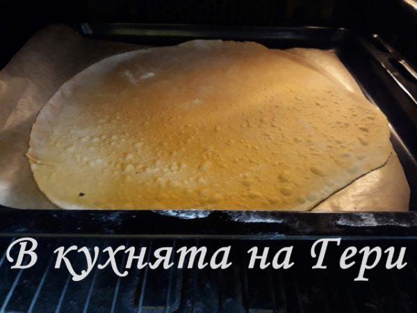 Пека на 170градуса за около 5-7 мин. През това време разточвам следващата кора.