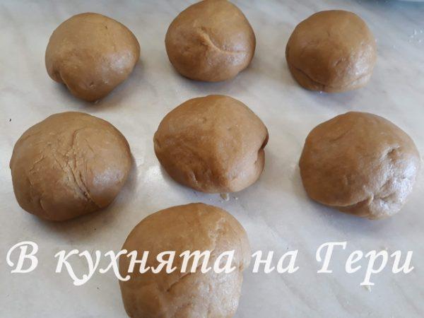 С помощта на кухненска везна разделям тестото на 7 топки от които ще направя блатовете.
