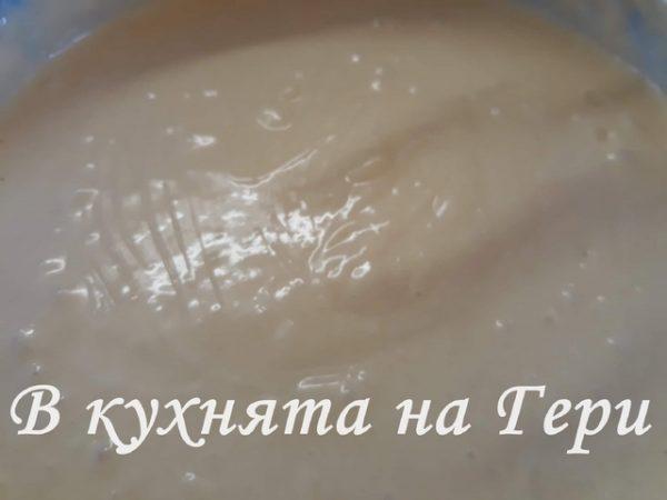 Постепенно се прибавят брашното, бакпулвера и накрая млякото.