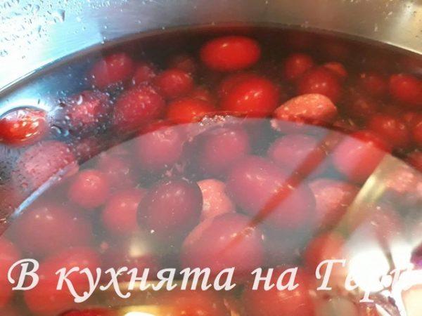 Наливаме вода да покрие плодовете.