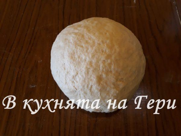 В млякото леко затоплено разтварям маята за да се активира. След това замесвам меко тесто като прибавям яйцето, щипка сол и брашното. Тестото престоява един час, за да удвои обема си.