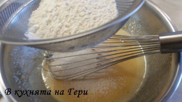 Към тях добавям брашното, което пресявам. Когато стане гъста сместта добавям постепенно и вече загрялото мляко.