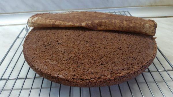 Тестото се пече в намазнена форма и покрита с хартия за печене на 180 градуса за около 30 мин. Изпичат се три блата, които се разрязват на две след като изстинат. Хартията се маха от блата докато е още горещ.