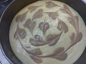 Разбърквам всички продукти, като последно добавям брашното! Готовата смес изсипвам в тавичка намазана с олио и пека на 180градуса. Понякога оцветявам част от тестото или добавям ядки ,но при всички случаи кекса е страхотен :)